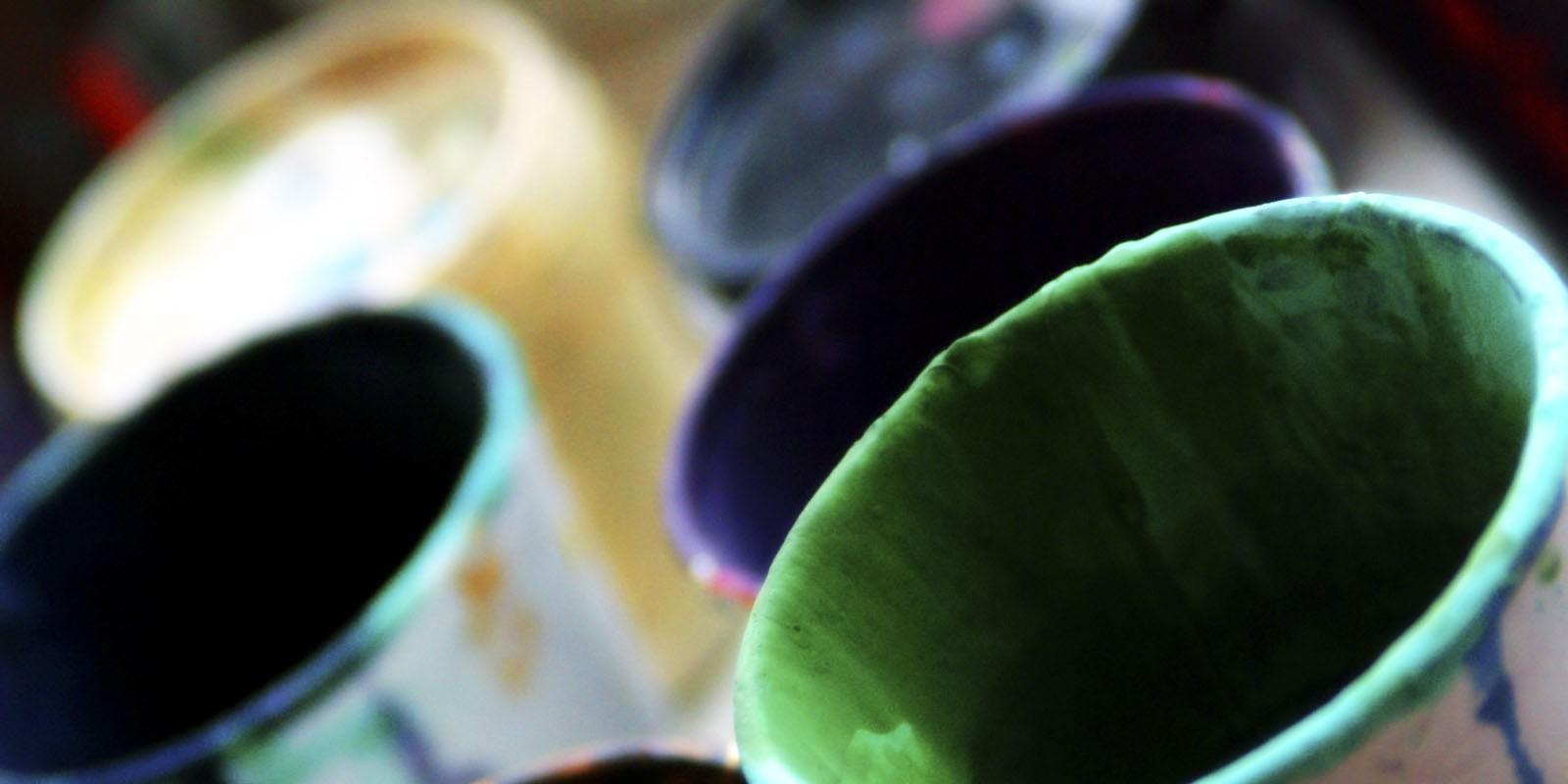Botes de pinturas de diferentes colores