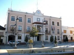Servicios de pintura en fachada de Ayuntamiento.